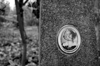 portrait on tomb b+w