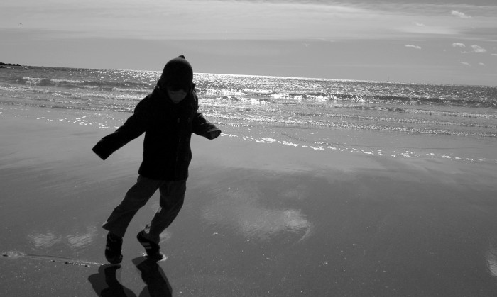 D on the beach, b+w