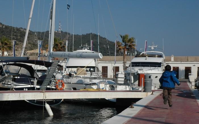 D running on dock, sitges marina - Copy