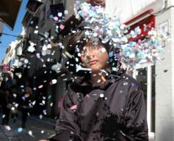 D throws confetti